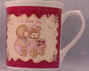 Vintage 1980s Coffee Mug. Russ Berrie Romantic Cup with 2 Teddy Bears, I Love You, Box of Chocolates, Roses, Flowers, & Ribbons. qkea
