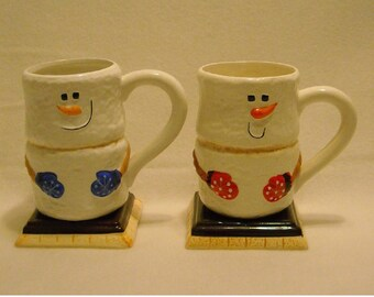 2 Collectible Bay Island Marshmallow Snowmen Christmas or Winter Tall Hot Chocolate Mugs w Square Bases, Carrot Noses, & Mittens. qgkb