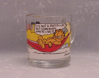 Vintage McDonalds 1978 Glass Mug. Garfield in a Hammock saying It's Not a Pretty Life But Somebody Has to Live It, & Odie with a Drink. skna