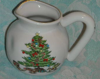 Vintage Tienshan Holiday Hostess or Noel Pattern Small Creamer. 1990s Serving Container w Christmas Tree, Gold Band, Holly, & Berries. pLba