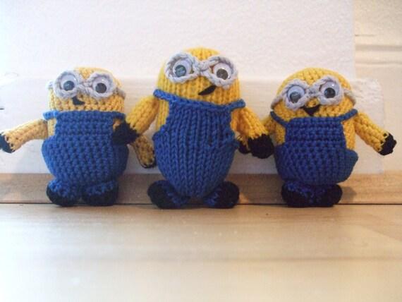 Ce modèle de tricot a été créé par mes soins pour ceux nouveau à tricoter.  La minion finie va s'asseoir à environ 8 cm de haut
