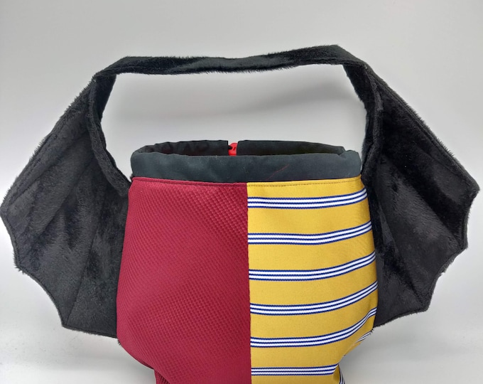 Wizarding Cape bag in Griffindor house colors, variation on the earsbag, drawstring bag for knitting, crochet or anything you like