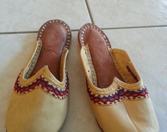 Embroidered Leather beige Indian soft  slippers shoes size 7 EUR 37