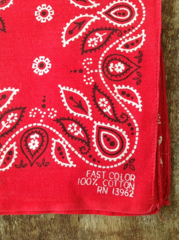 "Vintage 1950s 50s turkey red cotton bandana western rockabilly pocket square color fast paisley RN13962 21"" x 20"""