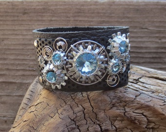 Aquat Crystal Cuff mounted with washers and springs