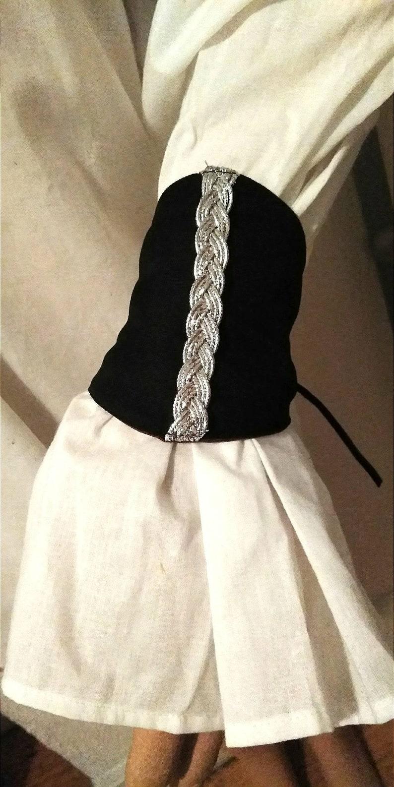 Black Wrist Gauntlets e Silver Metallic Braided Trim