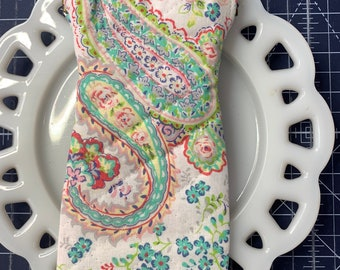 Quilted Glass Case with Flexible Frame Closure Pastel Paisley