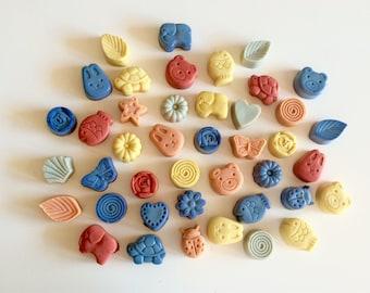 Set di 50 saponi artigianali personalizzati da 30g forme varie animali e fiori, cuori, foglie, ecc. Sapone all'olio extravergine di oliva.