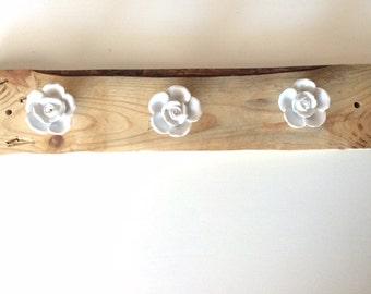 Appendiabiti in legno ricilato Pallet con rose in ceramiche, legno naturale di pino trattato con mordente ad acqua, appendi collane, cinture