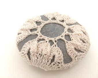 Lace stone made in Italy, white Crochet Covered Stone, Cuscino portafedi, Home Decor, Beach Celtic Wedding, Bomboniera, Wedding favor