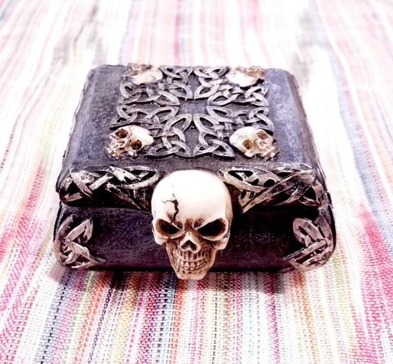 Boîte à tête de mort gothique bijou noir fait à la main en céramique bijoux peint magie celtique