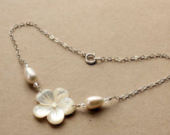 Mother of Pearl Plumeria Anklet, Frangipani Anklet, Hawaiian Wedding, Hawaiian Anklet, Beach Wedding Anklet, Bridesmaid Gift, Pearl Anklet