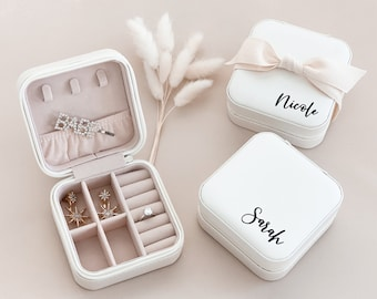 Personalized Jewelry Boxes Bridesmaid Jewelry Box Bridesmaid Gift Maid of Honor Personalized Gift for Women Travel Jewelry Case (EB3465P)