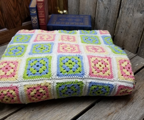 Beautiful Vintage Hand Crocheted Granny Square Th… - image 4