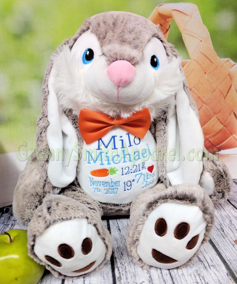 Peluche lapin brodée avec le prénom de bébé - Créatrice ETSY : GrannySmithApparel