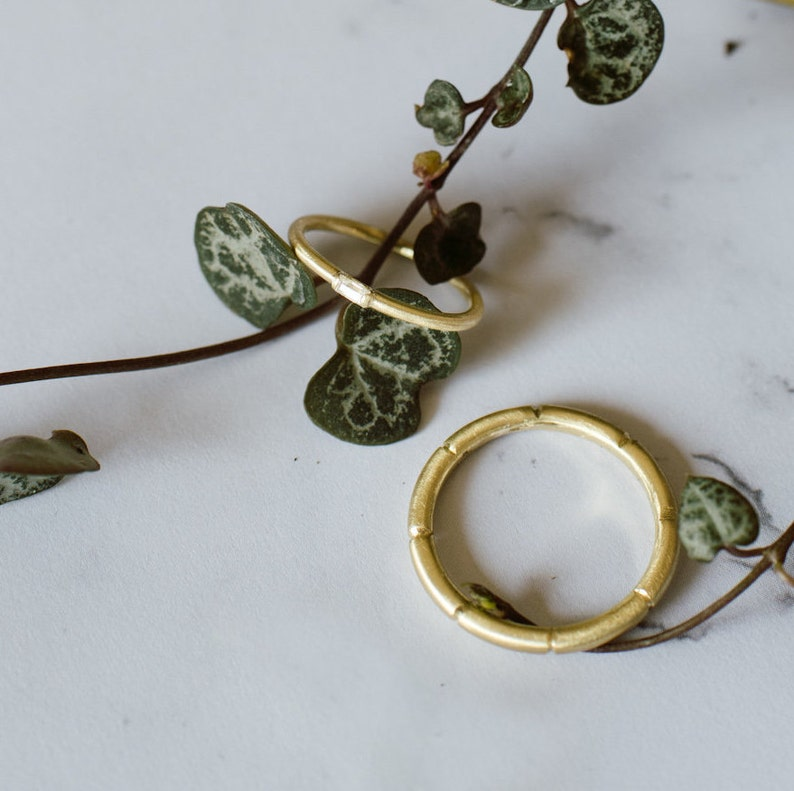MIRÓ wedding bands. A pair of handcrafted rings in 18k green image 0