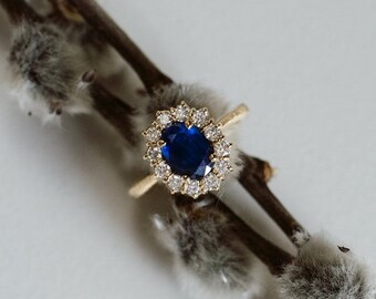 18k green gold ring with blue sapphire and diamonds all around