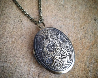 antique gold necklace 1177 floral jewelry locket jewelry toggle clasp great gift FLORAL LOCKET jewelry holds 2 photos
