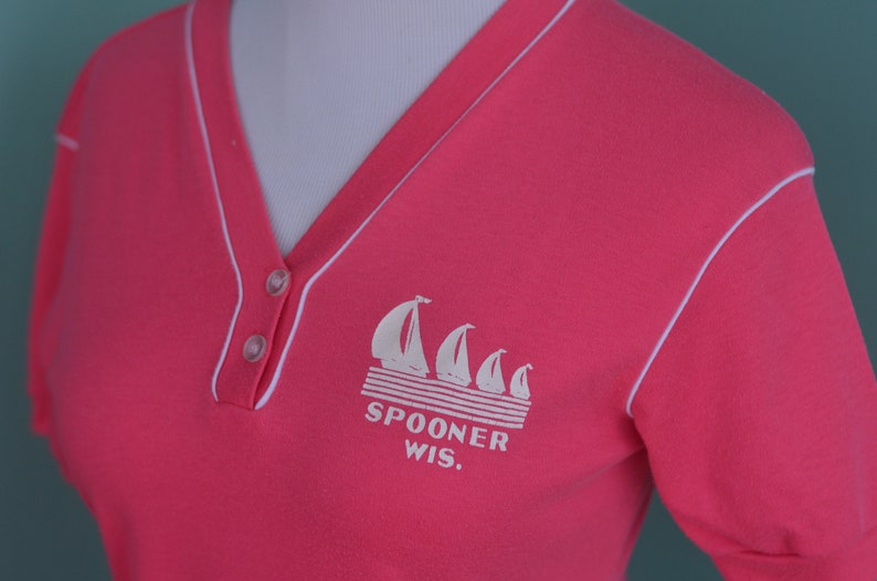 6a074fbb63324 Vintage 80s Women's T-Shirt Spooner Wisconsin Hot Pink Button Up Tee  Tourist Souvenir