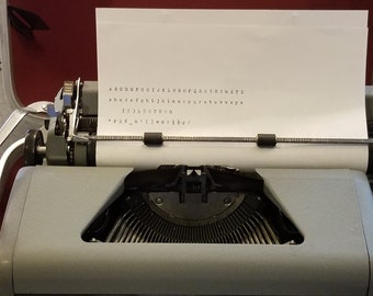 Royal typewriter / Vintage royal manual typewriter / Quite de luxe