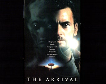 """THE ARRIVAL - Vhs 1996 - """"PG-13"""" - Charlie Sheen - Lindsey Crouse - Teri Polo - Ron Silver - David Twohy, Director"""