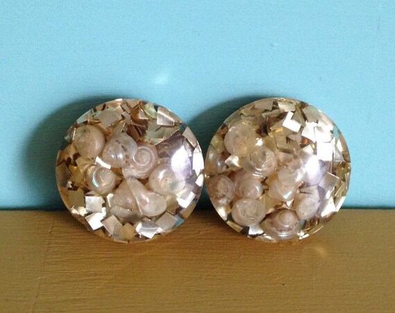 1950s - round circle gold glitter clip on earrings - small seashell detail - jewelry accessories