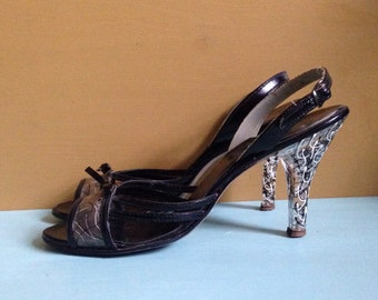 Vintage 1950s - black & white bad girl patent leather peeptoe slingback heels - bow detail - painted lucite - size 7 / 8