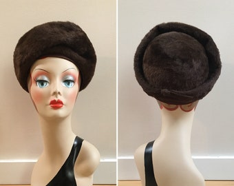 Vintage 1950s / 1960s - mid century women's pin up girl round brown structured faux fur formal pillbox hat - bow detail - accessories