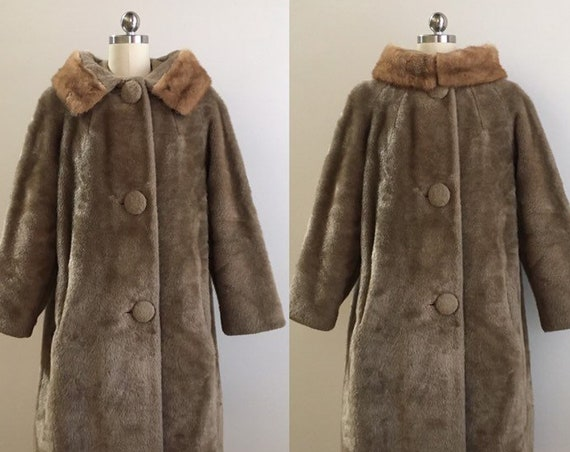 Vintage 1950s / 1960s - pin up rockabilly winter light brown faux fur overcoat coat - real fur collar - long sleeve - up to 44 bust