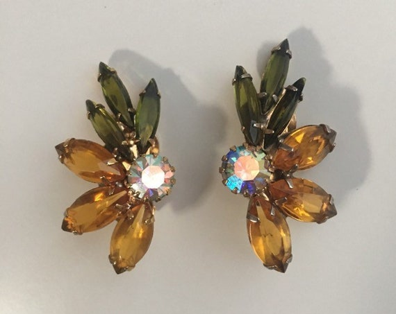 Vintage 1950s / 1960s - pinup glam gold amber, green & iridescent floral rhinestone clip on earrings - costume jewelry - accessories