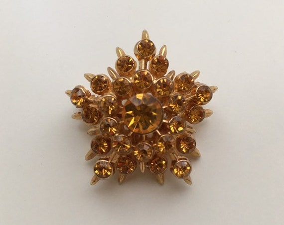 Vintage 1950s - mid century glam gold tone metal & amber rhinestones starburst / snowflake brooch pin - costume jewelry - accessories