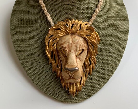 1970s - unisex large gold tone metal lion head pendant necklace - knotted rope cord