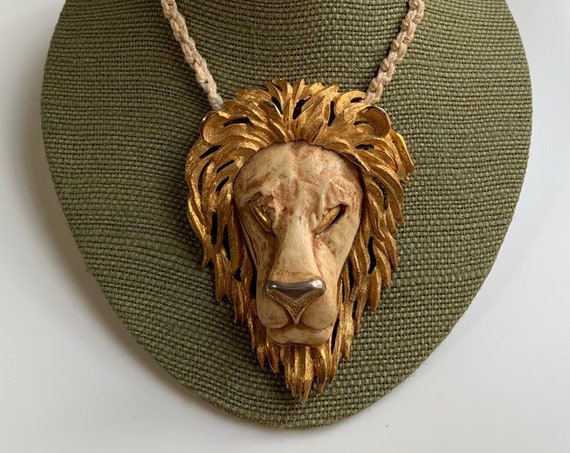Vintage 1970s 70s 70's men's women's unisex large gold tone metal lion head pendant necklace knotted rope cord costume jewelry accessories