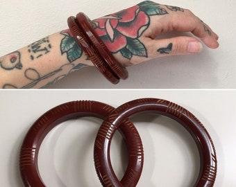 Vintage 1950s - pin up rockabilly pair set circular dark burgundy red Bakelite bangles bracelets - carved detail - jewelry - accessories