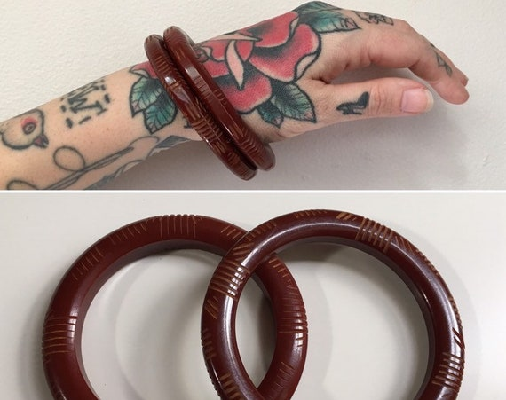 Vintage 1950s - pin up rockabilly pair set circular dark burgundy red Bakelite bangles bracelets - carved detail - jewelry - accessories