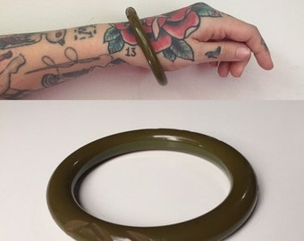Vintage 1950s - single circular solid olive drab green Bakelite bangle bracelet with carvings - jewelry - fall accessories