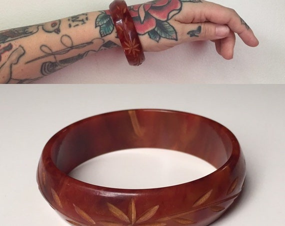 Vintage 1950s - pin up rockabilly single circular marble brown red Bakelite bangle bracelet - floral carving - jewelry - fall accessories