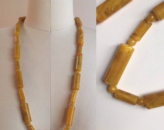1950s - marble yellow beaded Bakelite single strand matinee length necklace - jewelry accessories