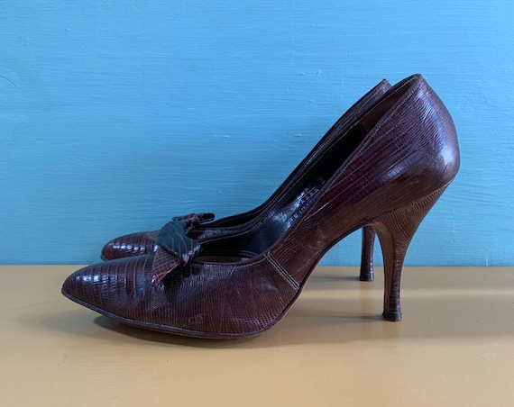 Vintage 1950s - women's brown alligator / lizard leather pointy toe heels / pumps - bows shoe clips - size 6.5