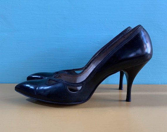 Vintage 1950s / 1960s - women's black leather pointy toe high heels / pumps - eyelet cutout detail - size 6.5