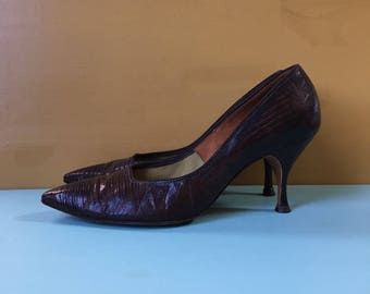 Vintage 1960s - women's brown Life Stride alligator / lizard pointy toe Mad Men pinup high heels / pumps - size 7.5 - 8