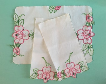 Vintage 1950s - set of 3 white cotton linen napkins & placemat - table setting - pink roses and green leaves embroidery - kitchen home decor