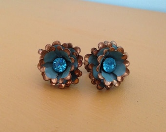 Vintage 1950s - gold metal painted teal flower pinup girl screw back earrings - blue rhinestone center - costume jewelry / accessories