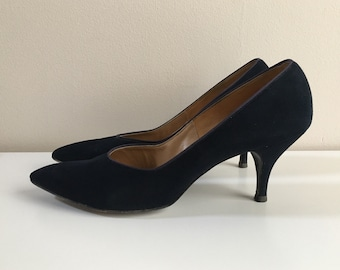 Vintage 1950s / 1960s - women's pin up rockabilly navy blue suede leather pointy toe heels / pumps - size 8.5