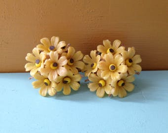 Vintage 1950s / 1960s plastic & metal yellow daisies cluster screwback earrings - costume jewelry - accessories