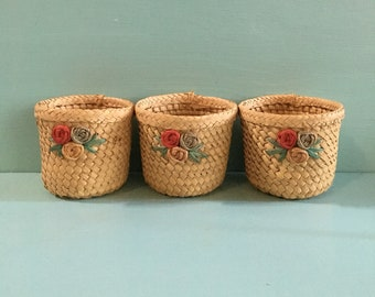 Vintage 1950s - set of 3 woven straw summer beach party cup holders / koozies / coasters with rose floral detail - barware drinkware decor
