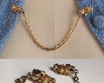 Vintage 1950s - pin up girl rockabilly fleur de lis floral flower gold tone metal & pearl sweater clips - jewelry accessories