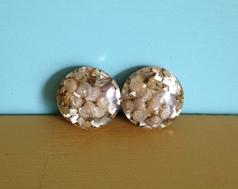 Vintage 1950s - midcentury housewife big round gold glitter metalflake & lucite clip on earrings with seashells