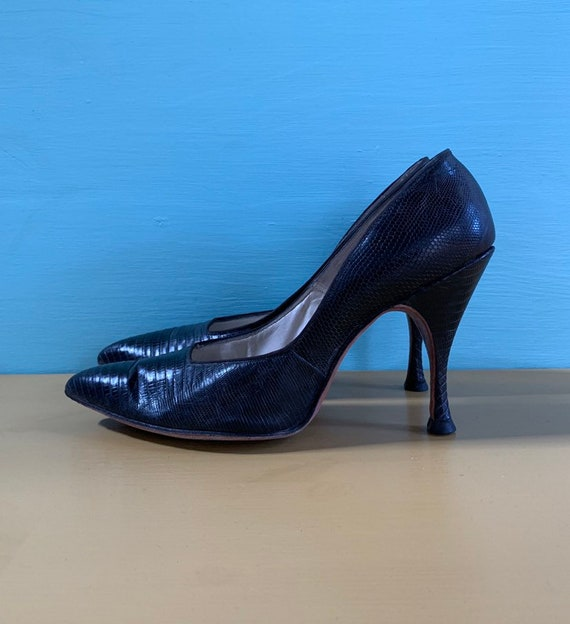 Vintage 1950s / 1960s - women's glam black leather alligator / lizard pointy toe high heels / pumps - size 6 A