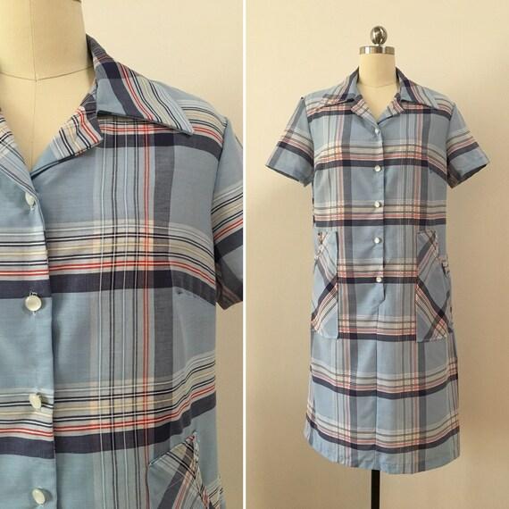 Vintage 1970s - women's short sleeve light blue plaid cotton house / shift / shirt summer dress with pockets - M / L - 40 bust 38 waist